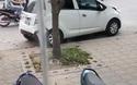 """Ô tô lao như """"điên"""", hất ngã xe máy ở Hà Nội"""