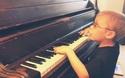 """Clip """"cậu bé 6 tuổi bị mù đánh piano và hát cực hay"""" khiến dân mạng ngỡ ngàng"""