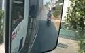 Người đi xe máy bất chấp nguy hiểm chạy sát đuôi xe tải để tránh nắng