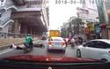 """""""Bám đuôi"""" ô tô, xe máy trượt ngã khi ô tô phía trước bất ngờ giảm tốc độ"""
