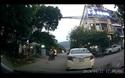 Nữ tài xế thản nhiên đậu xe giữa ngã ba đường rồi rời đi như thể... sân nhà mình