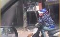 Người phụ nữ điều khiển xe máy với tư thế... khó hiểu