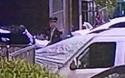 Video cậu bé 5 tuổi hoảng sợ bám sát gờ tường bên ngoài căn hộ ở tầng 13 của chung cư