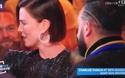 """MC truyền hình bị nhắc nhở khi """"tự tiện"""" hôn nữ phiên dịch"""