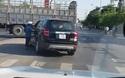 Tài xế ô tô thản nhiên dừng xe ngay giữa ngã tư để đứng nói chuyện