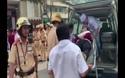 CSGT phối hợp cứu người phụ nữ gặp nạn giữa trung tâm Sài Gòn