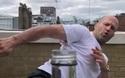 """Diễn viên phim """"Người vận chuyển"""" Jason Statham tung cú đá bay nắp chai"""