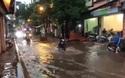 Xe máy lội nước trên phố Trần Bình