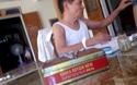 """""""Thầy lang"""" dùng kính lúp kiểm  tra bệnh dại ở Hà Tĩnh"""