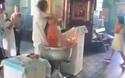 """Video hãi hùng linh mục rửa tội như """"dìm chết"""" em bé"""