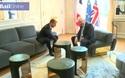 Sự thật đằng sau hành động khiến Thủ tướng Anh hứng chỉ trích khi gặp Tổng thống Pháp