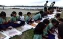 """Câu chuyện xúc động về bức ảnh lớp học """"màn trời, chiếu đất"""" ở Ấn Độ"""