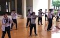 Cổ động viên Chung kết Olympia ở Đắk Lắk tập nhảy trước giờ diễn ra chương trình