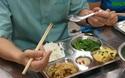 Bộ trưởng Lao động ăn cơm trưa giá 15.000 đồng với công nhân may