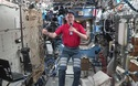 Brad Pitt trò chuyện với phi hành gia đang làm việc trên trạm vũ trụ
