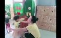 Cô giáo mầm non vùng cao đón trẻ đầy yêu thương