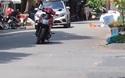 Khó hiểu người phụ nữ thản nhiên dựng xe máy giữa đường để... đi chợ