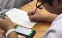 Học sinh Trường THPT Trần Hữu Trang, TPHCM làm bài kiểm tra giữa kỳ trên điện thoại
