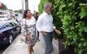 Pierce Brosnan xuống phố cùng vợ