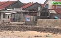 Triều cường, sóng lớn uy hiếp nhà cửa của người dân