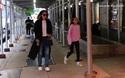 Katie Holmes và con gái Suri cùng xuống phố