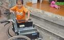 Bố mẹ nghèo tính bán ruộng dưa để lấy tiền cho con đi viện.