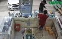 Thanh niên đi ô tô vào tiệm cướp điện thoại