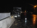 Xe tải húc dải phân cách trên Quốc lộ 1A, phụ xe bị thương nặng