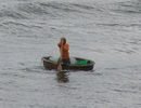 Vụ 2 cha con mất tích: Người con sống sót dạt vào bờ