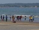 Đi biển chơi Tết, 2 bé trai bị sóng dữ cuốn trôi