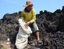Hai ông lão nhặt rác trên đảo Bé