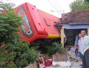 Xe khách tông sập nhà dân, 4 hành khách cùng chủ nhà bị thương nặng