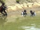Trượt xe máy xuống kênh, 2 chị em gái chết đuối