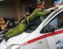 Tạm giữ hình sự tài xế taxi hất cảnh sát lên nóc ca-pô