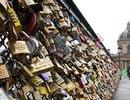 Paris lo sập cầu vì khóa tình yêu