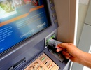 """Bức xúc phí ATM """"móc túi"""" khách hàng"""