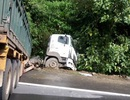 Xe đầu kéo tự đâm vào vách núi trên đèo Chuối