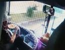 Tài xế xe khách vừa lái xe vừa ăn mì bị đình chỉ công tác