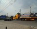 Xe container chở sắt cuộn gây kẹt xe nghiêm trọng