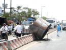 Hoảng loạn vì cuộn thép gần 20 tấn rơi xuống đường