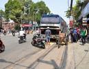 """Hàng chục xe máy """"vồ ếch"""" vì vết nhớt chảy tràn ra đường"""