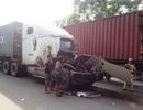 """3 xe container """"dồn toa"""" trên đại lộ Nguyễn Văn Linh"""