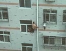 Dùng cây lau nhà cứu em bé lơ lửng trên cửa sổ chung cư
