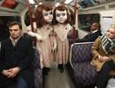Dựng tóc gáy vì búp bê kinh dị xuất hiện trên tàu điện ngầm