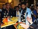 Vừa tới Việt Nam, hai ngôi sao Man City được tặng bánh sinh nhật