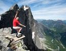"""""""Dị nhân"""" đi xe 1 bánh trên vách núi cao 1.400 mét"""
