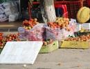 Buồn lòng cảnh trái cây ngoại đắt khách, trái cây nội đổ đống ở vỉa hè