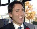 Thủ tướng đẹp trai của Canada đi xe buýt tới Quốc hội