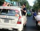 Ngông cuồng khách Tây bày tiệc trên nóc taxi