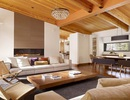 Phòng khách ấm áp và sang trọng với trần nhà bằng gỗ